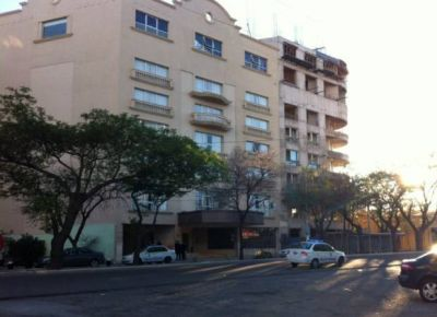 Pelea callejera a la salida de un boliche en la avenida Illia