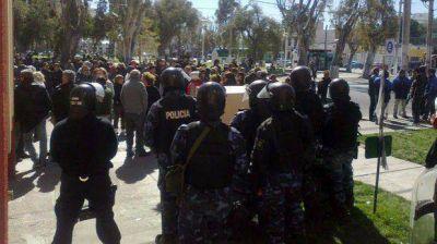 Violento desalojo de municipales en la Intendencia de Puerto Madryn