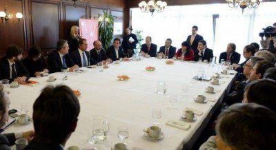 En su primer viaje como candidato, Scioli vuela a Frankfurt con empresarios autopartistas