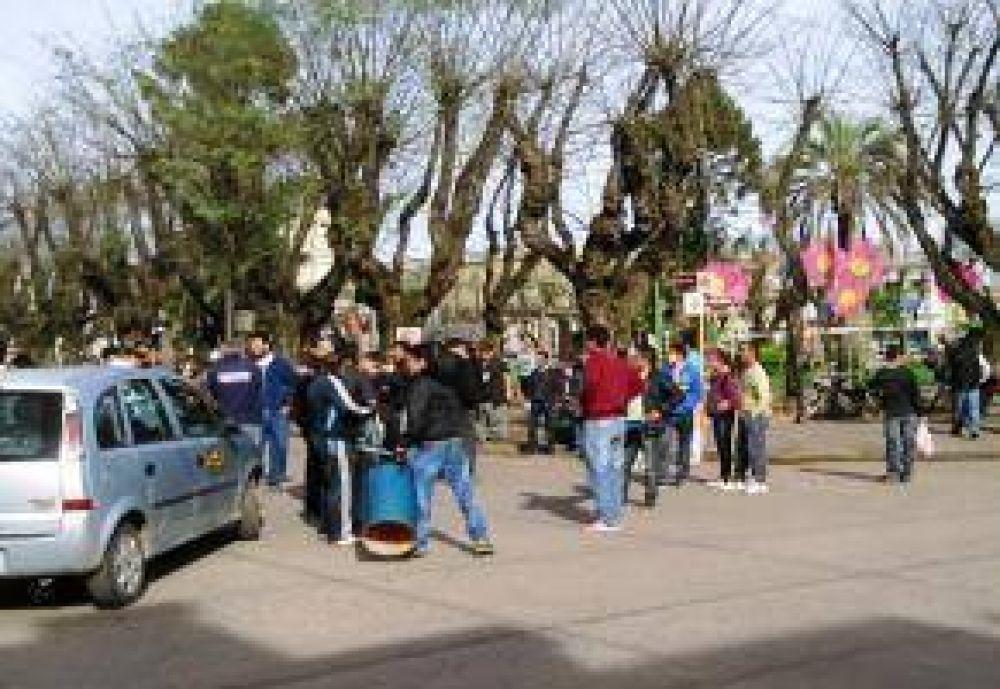 Tres sindicatos municipales protestaron en plaza Belgrano y recibieron alimentos