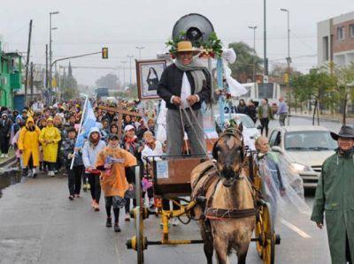 Pese a la lluvia, la peregrinación a San Nicolás convocó a miles de fieles