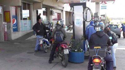 Sin casco no habrá nafta pero sí recibirán multas