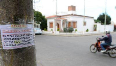 """Con afiches pegados en los postes, vecinos alertan sobre el accionar de """"motochoros"""""""