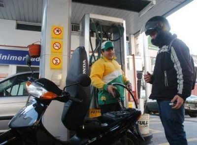 Quieren prohibir por ordenanza la venta de combustible a motociclistas sin casco