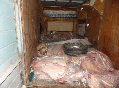 Llevaba costillares por casi 2.000 kilos en una especie de motorhome