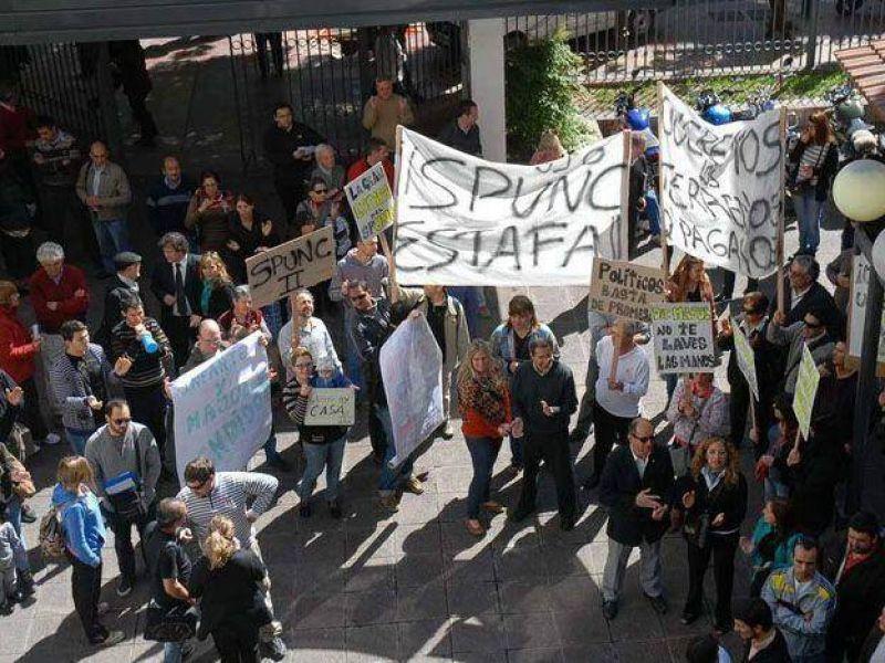 Tras fuerte protesta, el Sindicato del Personal de la UNCuyo llev� escrituras a la Legislatura local