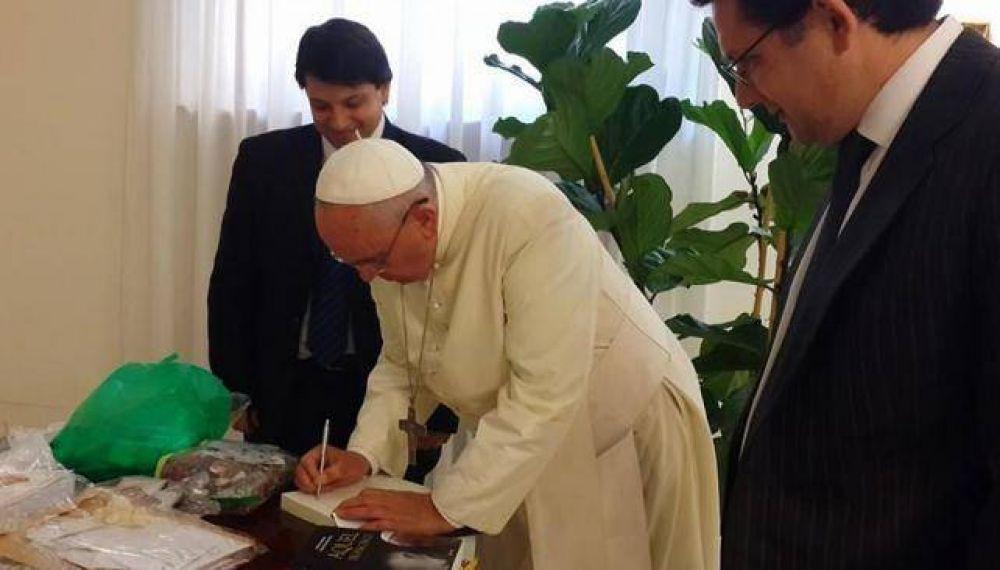 El Papa recibió el libro que habla sobre su vida en Córdoba