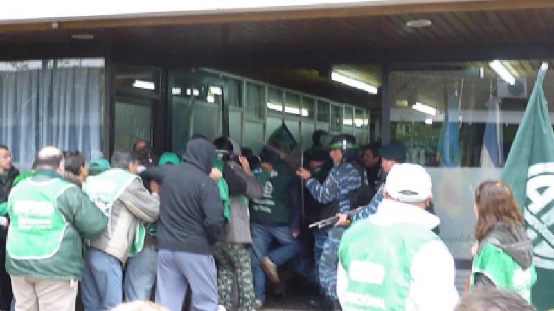 Protesta e incidentes con estatales en Miramar