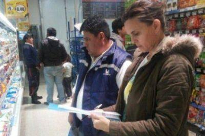 Candidata a Intendenta de Pico Truncado salió a controlar precios en supermercados