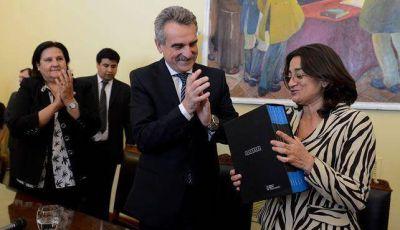Rossi entregó las actas de la dictadura a Lucía