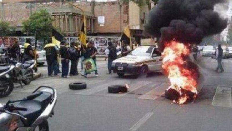 Peones de taxis marcharon a la Municipalidad y exigen blanqueado