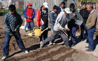 Zvenger recorrió la huerta de los jóvenes del barrio El Progreso