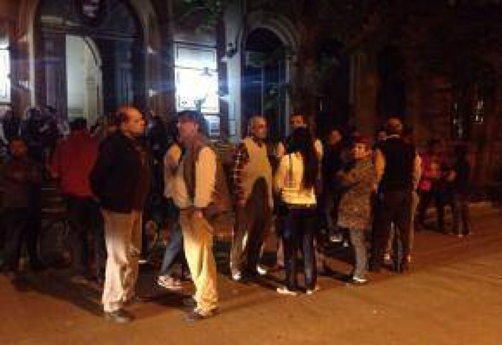Sindicalistas y trabajadores pasan la noche en la Municipalidad