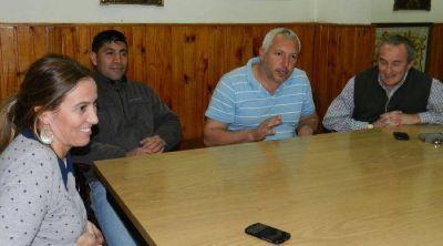 Arata, con directivos del club Independiente