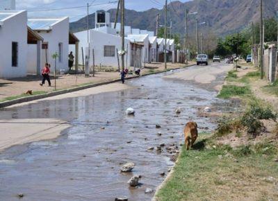 Vecinos del plan Solidaridad conviven con un río de cloaca