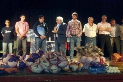 Juan Curuchet entregó aportes a clubes y deportistas de San Miguel del Monte y Ranchos