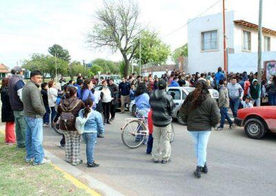 Reclamos y corte de calle por el DNI en el sindicato municipal