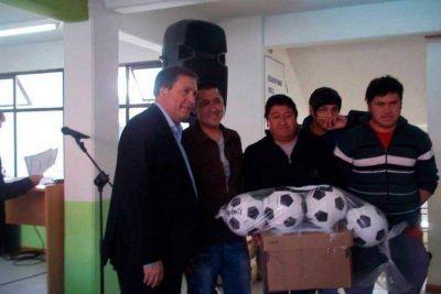 Weretilneck firmó convenios con juntas vecinales por más de $4.000.000 para construir playones deportivos