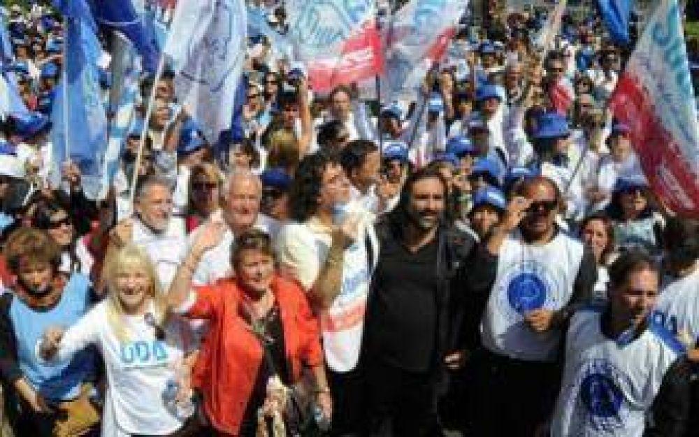 Docentes bonaerenses marchan en La Plata en reclamo de mayor presupuesto para educación