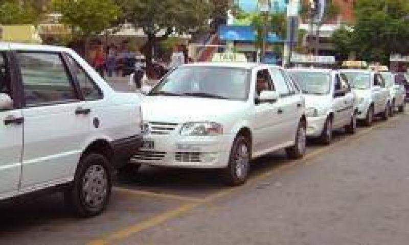 Taxistas rechazan peatonalización de paradas en plaza 25 de Mayo