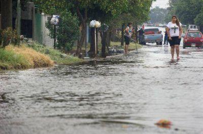 La lluvia torrencial anegó calles y barrios en la Capital