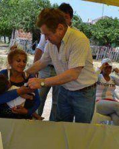 De Vido entrego llaves a familias evacuadas convirtiéndolas en propietarias de sus hogares