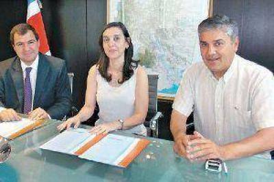 Ministerios de Educación, Producción y la FCF de la Unse firman un convenio