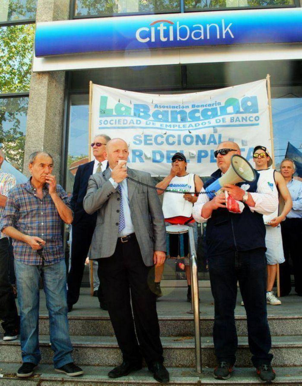 """Bancarios volvieron a protestar contra el """"impuesto al salario"""" mientras aguardan las elecciones"""