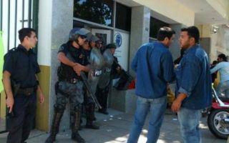 Violentos enfrentamientos en intento de toma de UOCRA Zárate