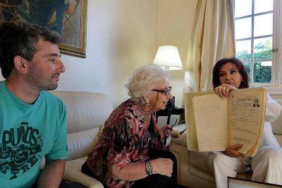 Presidenta le entregó a Ignacio Guido documentos de su padre