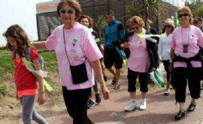 Caminata y actividad física en la playa para mejorar la salud