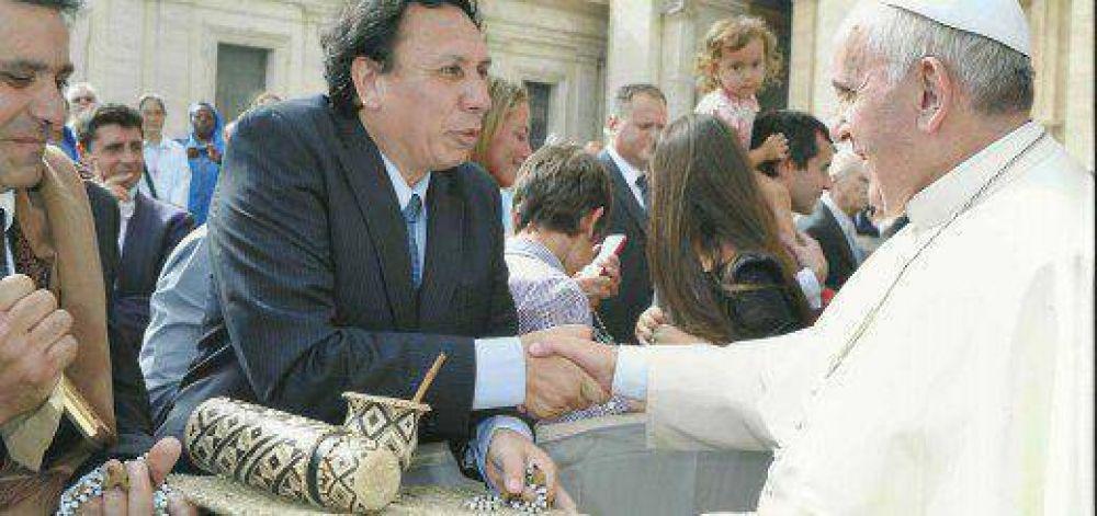 El INYM otorgó la Orden de Mérito Yerbatero al Papa Francisco