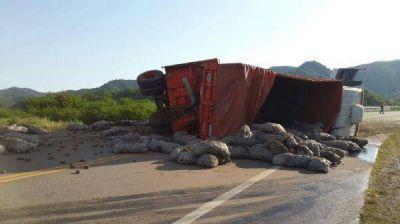 Un camión chocó con una camioneta en la Ruta Nacional 38