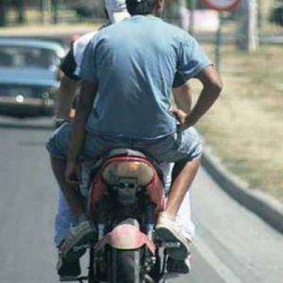 Detienen a dos hermanos motochorros en Los Hornos tras raid delictivo