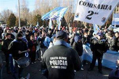 Santa Cruz: policías de Río Gallegos y Caleta Olivia, acuartelados para pedir aumentos de salarios