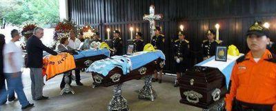 Indignación por la ausencia del gobernador en la despedida de los brigadistas muertos