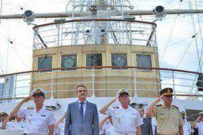 """Para el ministro de Defensa, la recepción a la Fragata Libertad """"muestra la fortaleza que tenemos los argentinos"""""""