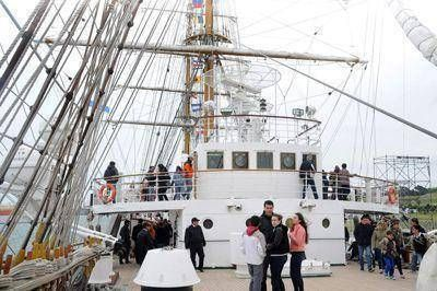 Ni el viento ni el frío desanimaron a los visitantes de la Fragata Libertad