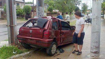 Chocó contra un auto y una columna