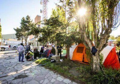 Familiares y policías retirados acampan frente a Jefatura