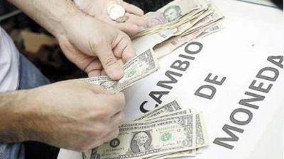 En un mercado hípercontrolado, el dólar blue tocó los $ 12,50, su piso desde el default de julio