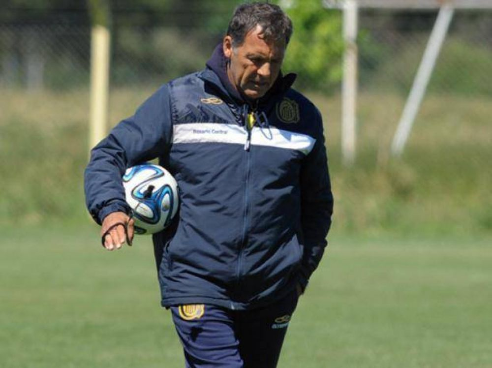 Miguel Russo piensa y luego modifica las piezas en Central de cara a Vélez y la Copa