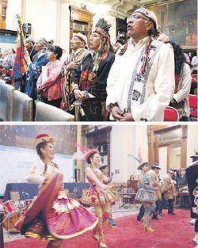 Inédito show antibuitre con canto, baile y rito indígena