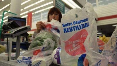 Sigue el debate sobre la prohibición de bolsas de plástico en comercios y supermercados