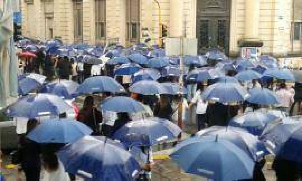 Bancarios marcharon bajo la lluvia: este jueves seguirá el paro nacional