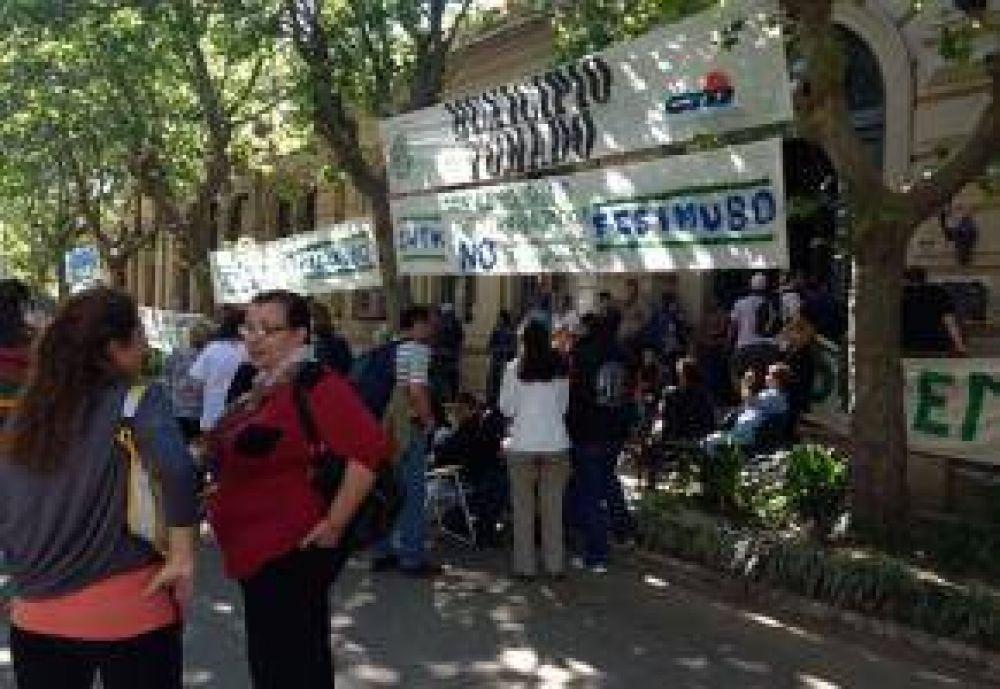 Municipales continúan de paro por tiempo indeterminado