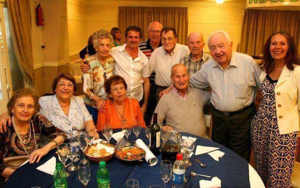 Aiello, Amado y Lupiano compartieron un almuerzo tanguero con jubilados bancarios