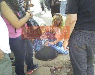 Una mujer se desmay� en la calle y estuvo tirada casi 50 minutos esperando la ambulancia