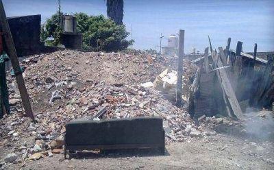 Un vecino usa un terreno baldío de basural
