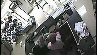 Golpeó a su ex mujer y lo registró la cámara de seguridad